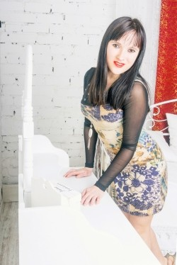 Photo of beautiful Ukraine  Julia with brown hair and brown eyes - 28402